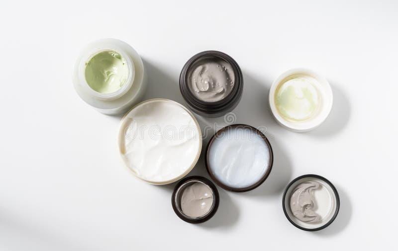 Группа в составе косметическая маска глины в бутылке на белой предпосылке Концепция заботы кожи красоты r стоковые фото