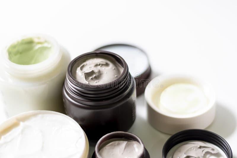 Группа в составе косметическая маска глины в бутылке на белой предпосылке Концепция заботы кожи красоты стоковое фото rf