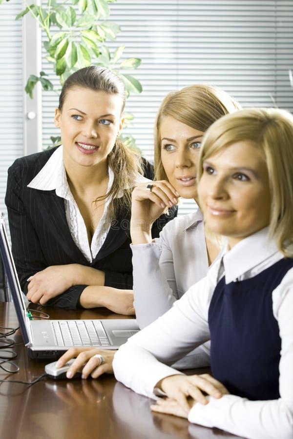 Группа в составе коллеги в офисе стоковая фотография rf