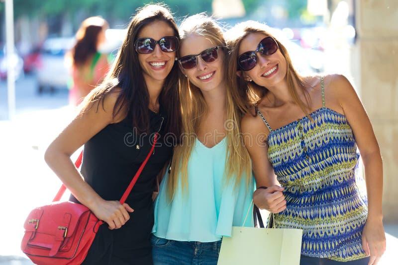 Группа в составе красивые маленькие девочки в улице глаза дня мешков белокурые голубые изолируют покупку принимая белизну стоковые изображения