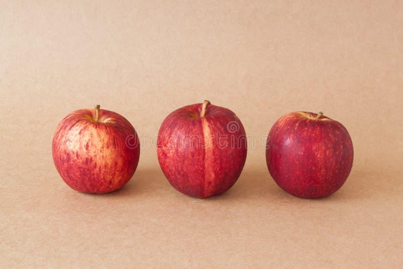 Группа в составе красные яблоки на предпосылке коричневой бумаги стоковое изображение