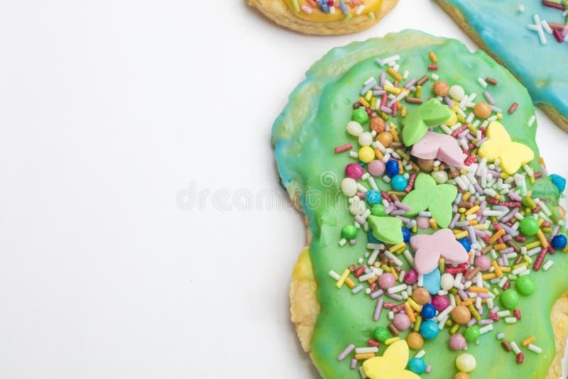 Группа в составе красочные домодельные печенья и печенья рождества в изолированной белой предпосылке стоковая фотография