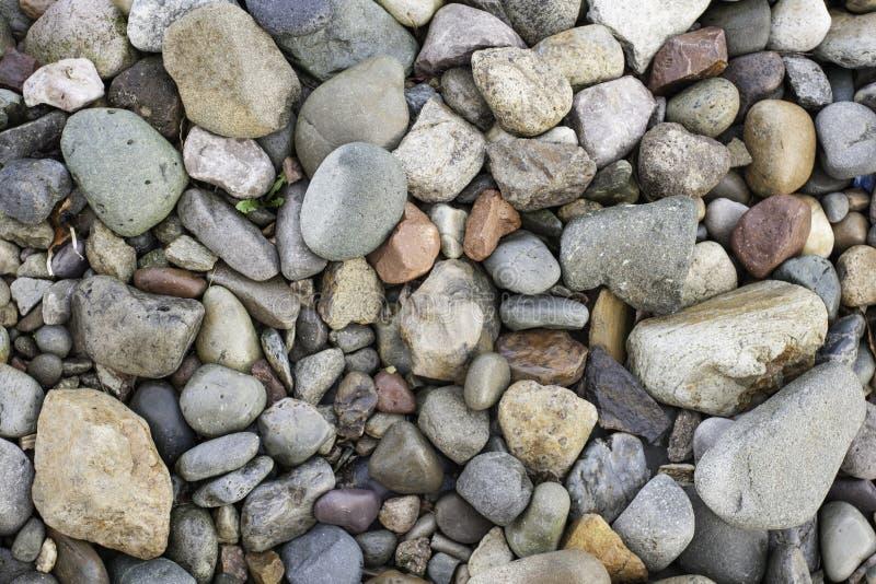 Группа в составе красочные камешки на пляже на Llandudno северном Уэльсе стоковая фотография