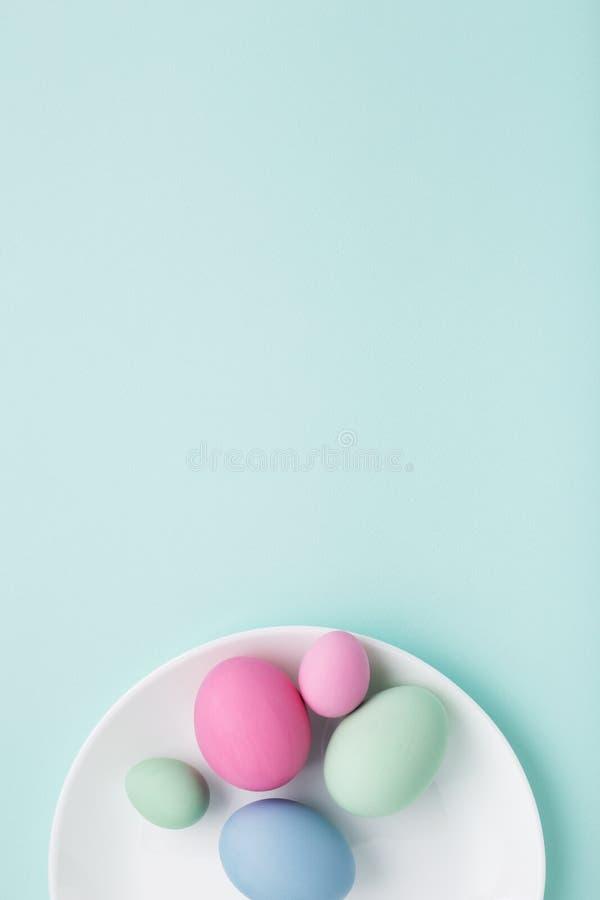 Группа в составе красочные пасхальные яйца на белой плите на backgr бирюзы стоковое фото
