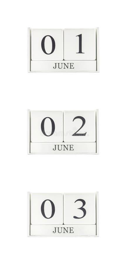 Группа в составе крупного плана белый деревянный календарь с черными 1-ое июня,2-ого июня, словом 3-ье июня, календарем 3 дат изо стоковая фотография