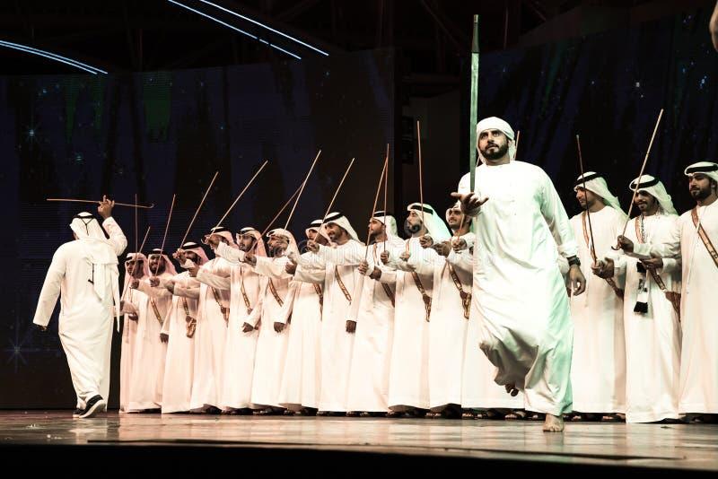Группа в составе люди Emirati выполняя Ayala танцует стоковая фотография rf