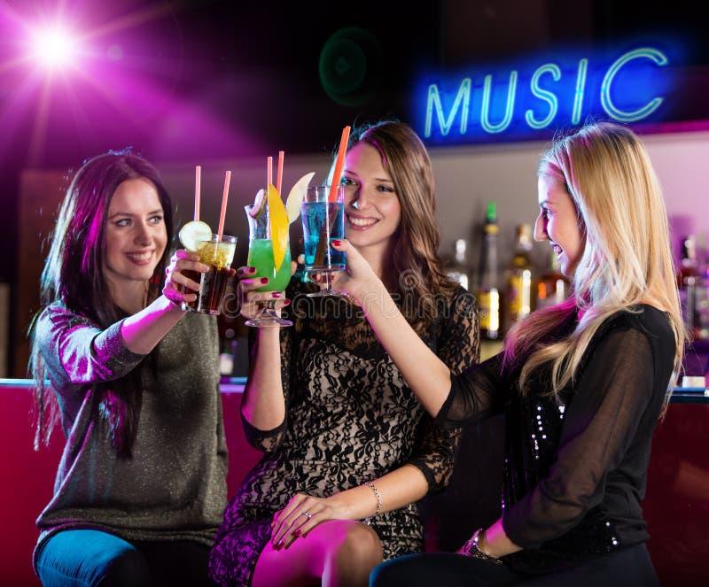 Группа в составе маленькие девочки имея потеху в клубе стоковая фотография