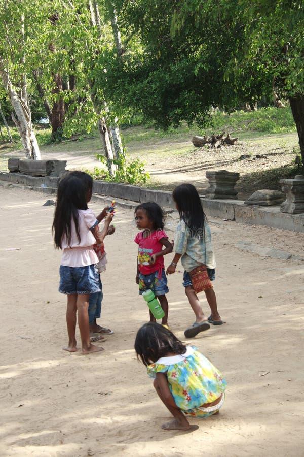 Группа в составе маленькие ребеята готовит сторону дороги стоковое изображение rf