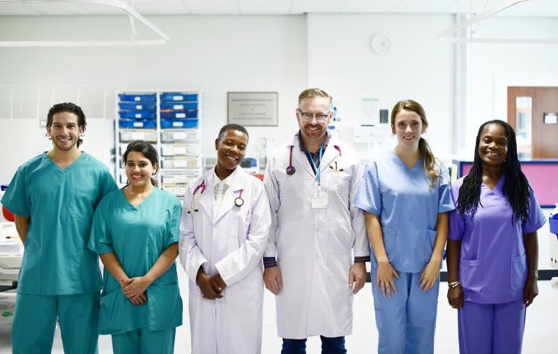 Группа в составе медицинские профессионалы на ICU стоковое изображение