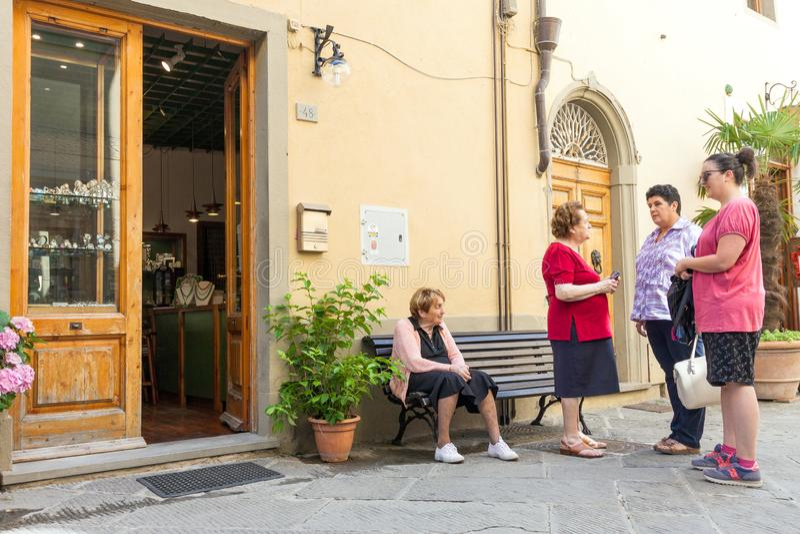 Группа в составе местные итальянские женщины общаясь на улице в Италии стоковые фотографии rf