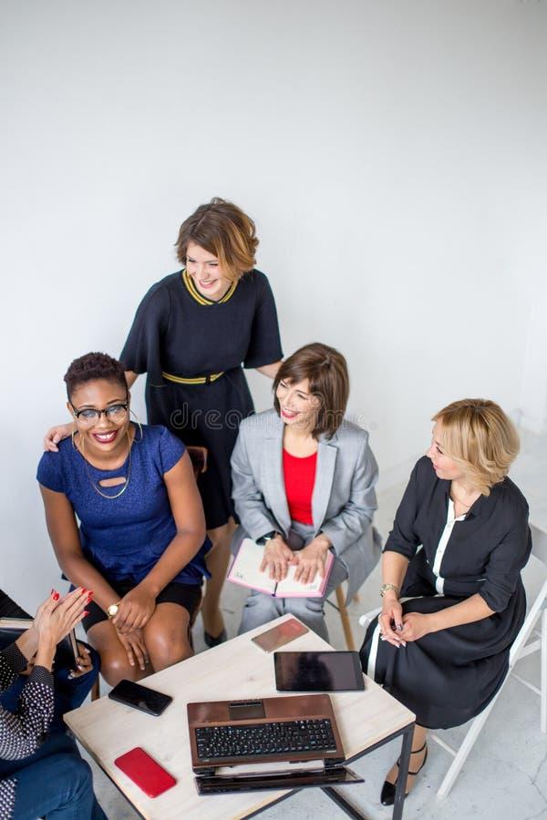 Группа в составе многонациональная женская команда работая в офисе стоковая фотография rf
