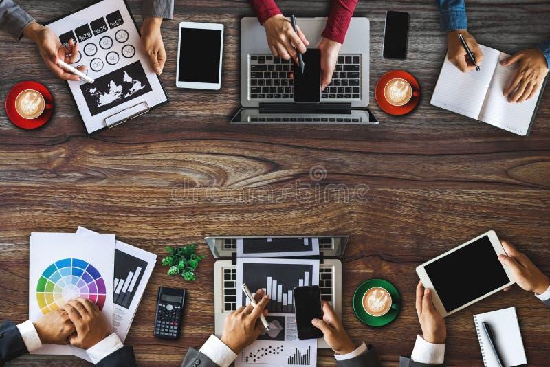 Группа в составе многонациональные занятые люди работая в офисе стоковое фото