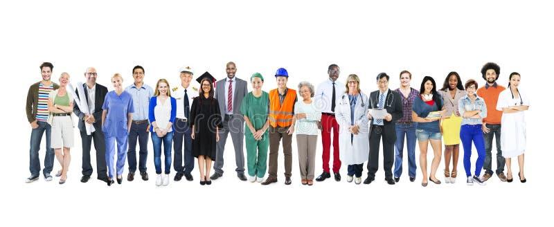 Группа в составе многонациональные разнообразные смешанные люди занятия стоковые фото