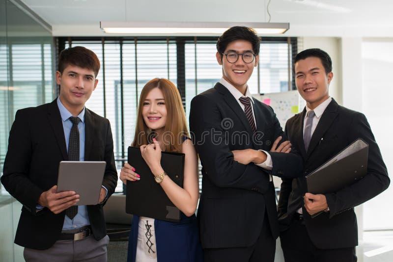 Группа в составе молодые бизнесмены работая на рабочем месте стоковые изображения rf