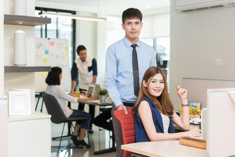 Группа в составе молодые бизнесмены работая на рабочем месте стоковое изображение rf