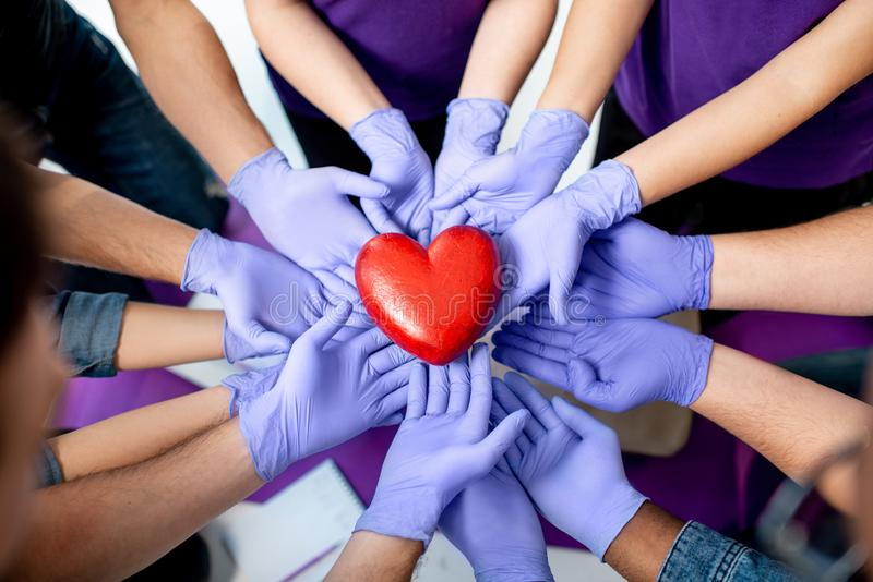 Группа в составе молодые люди во время медицинских курсов скорой помощи внутри помещения стоковая фотография rf