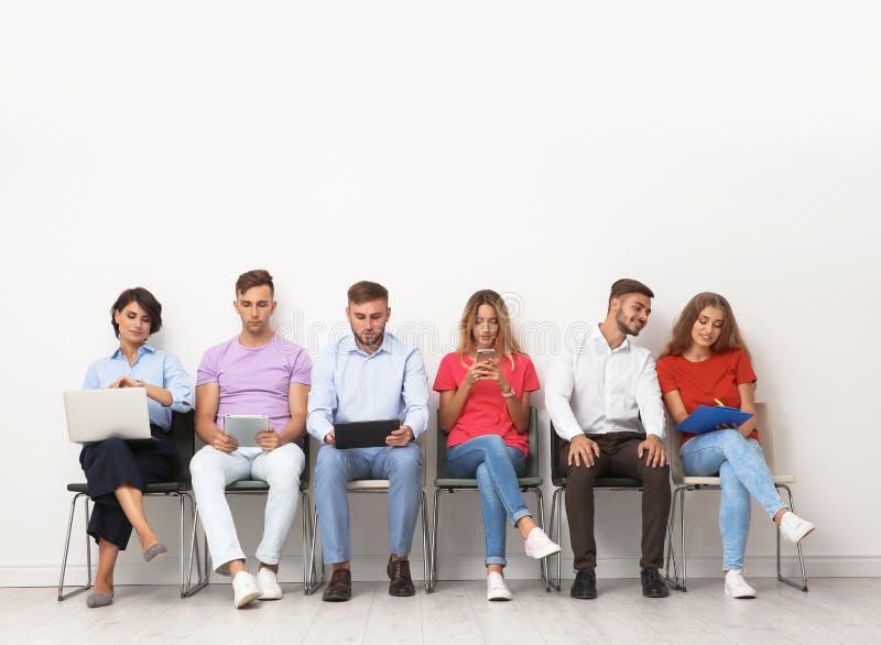Группа в составе молодые люди ждать собеседование для приема на работу стоковые изображения
