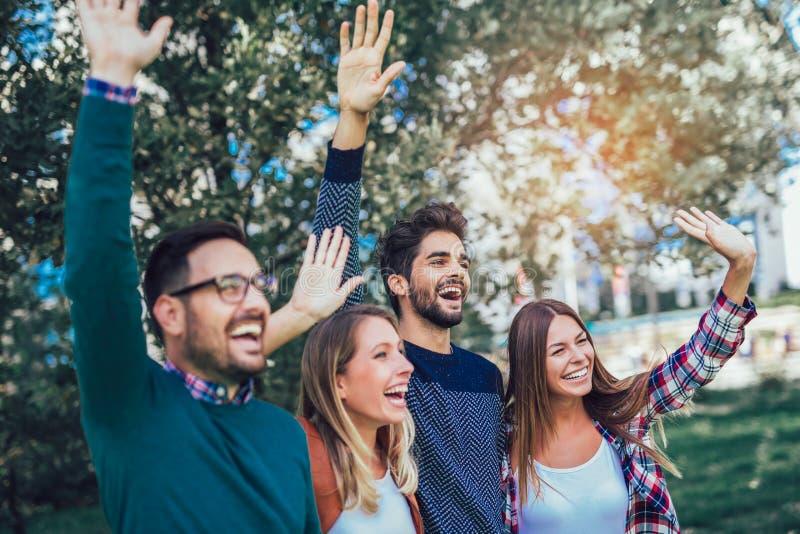 Группа в составе молодые люди идя через парк стоковая фотография rf