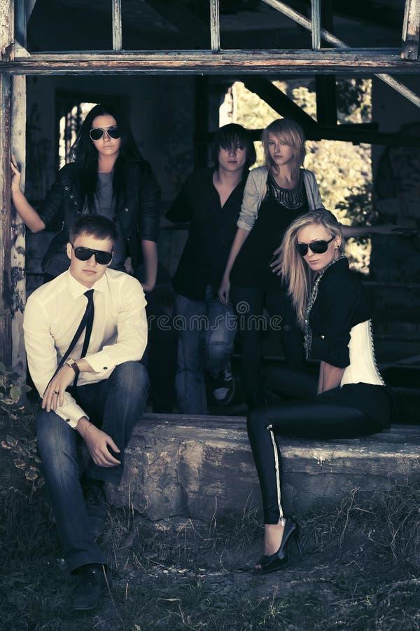 Группа в составе молодые люди и женщины моды стоковое изображение rf