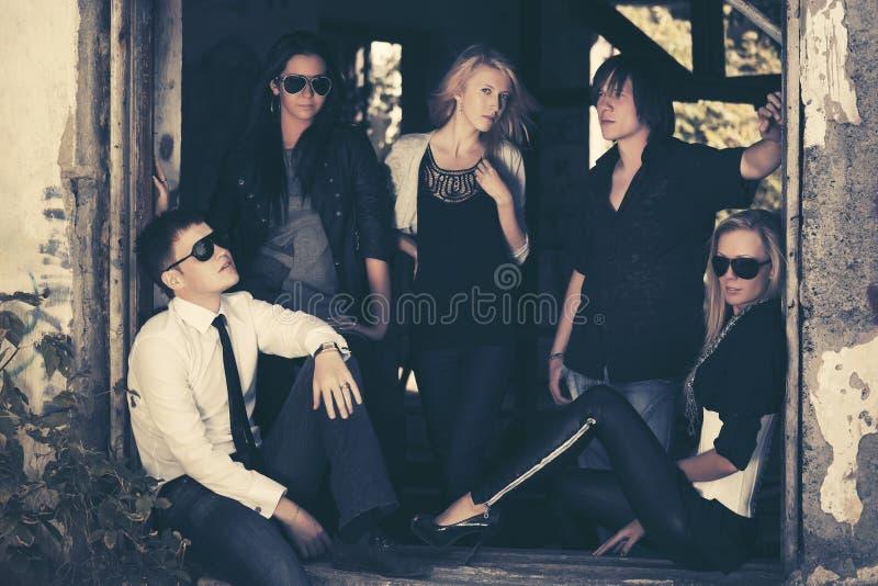 Группа в составе молодые люди и женщины моды стоковое фото