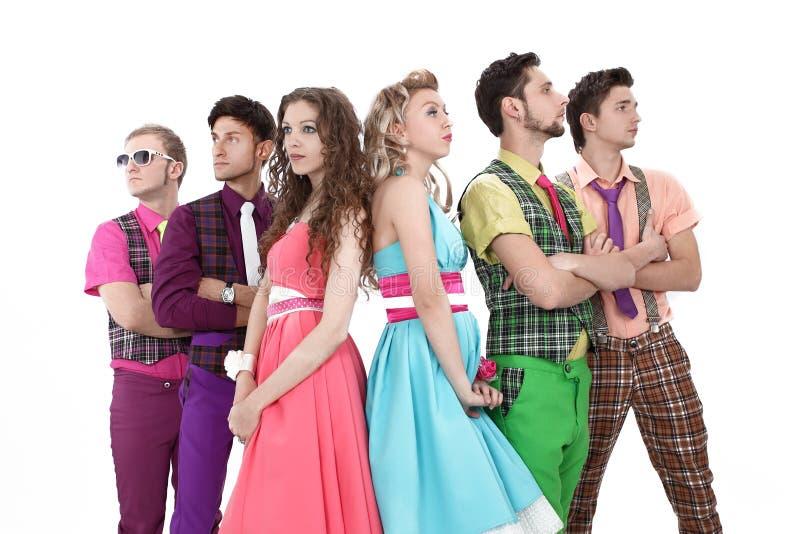 Группа в составе молодые люди в красочных костюмах, смотря космос экземпляра стоковая фотография rf