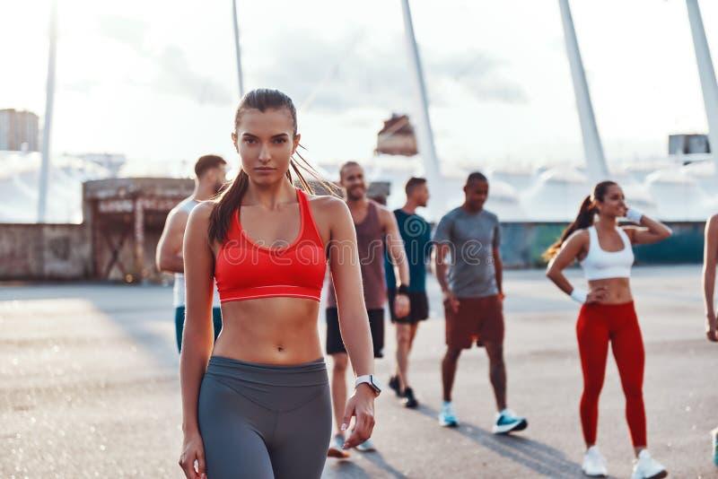Группа в составе молодые люди в одежде спорт стоковое изображение