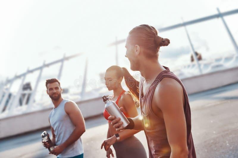 Группа в составе молодые люди в одежде спорт стоковые изображения rf