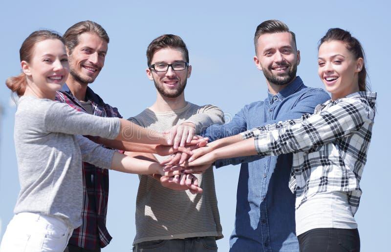 Группа в составе молодые люди показывает их единство стоковое изображение