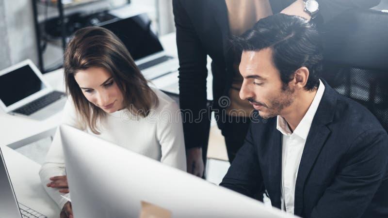 Группа в составе молодые предприниматели ищет решение дела во время процесса работы на офисе ночи вектор людей jpg иллюстрации де стоковое изображение