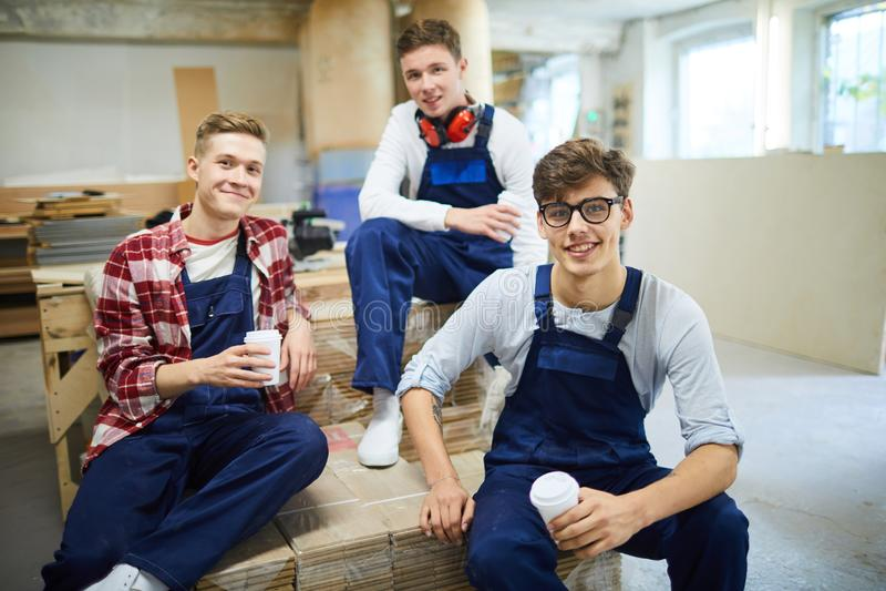 Группа в составе молодые работники на перерыве на чашку кофе стоковое фото rf