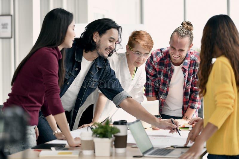 Группа в составе молодые businesspersons имея обсуждение и деля мнения в встрече стоковые изображения