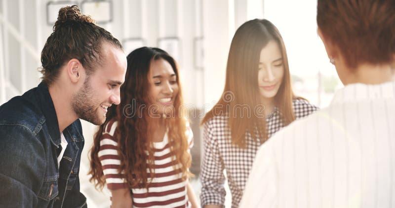 Группа в составе молодые businesspersons стоковое изображение rf