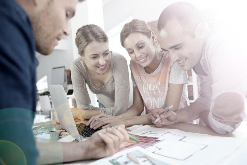 Группа в составе молодые архитекторы работая на проекте стоковое изображение rf