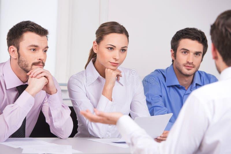 Группа в составе молодые бизнесмены говоря на деловой встрече стоковая фотография