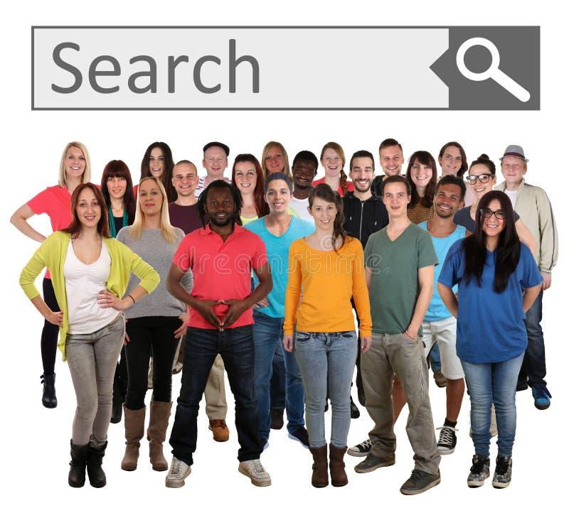 Группа в составе молодые усмехаясь люди ища интернет поисковой системы стоковое фото rf