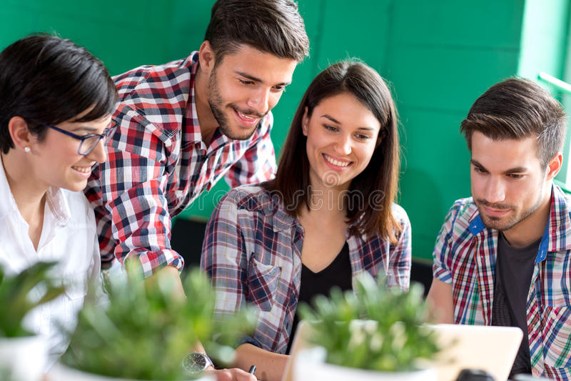Группа в составе молодые люди изучать стоковые изображения
