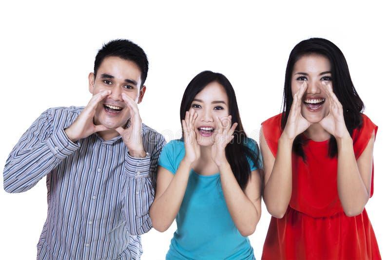 Группа в составе молодые люди кричать стоковое фото rf