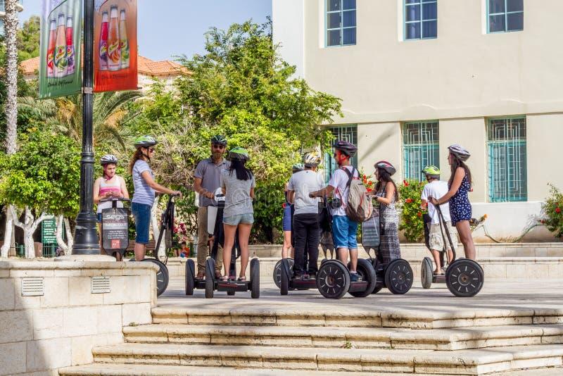 Группа в составе молодые люди стоя на Segway стоковое изображение