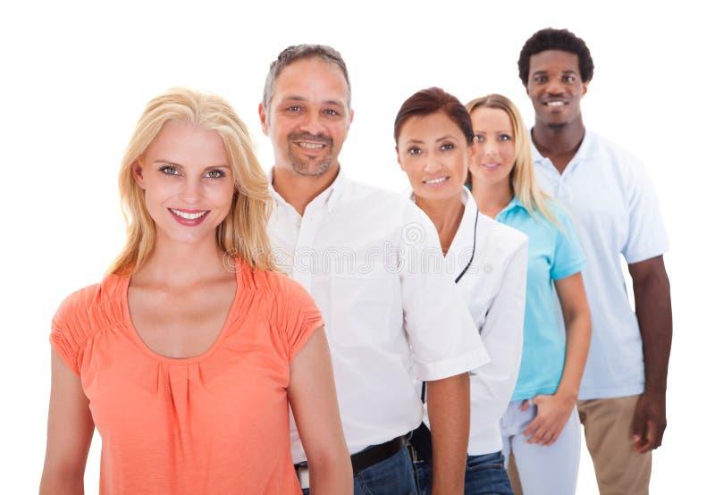 Группа в составе Мульти-этнические люди стоя в ряд стоковая фотография