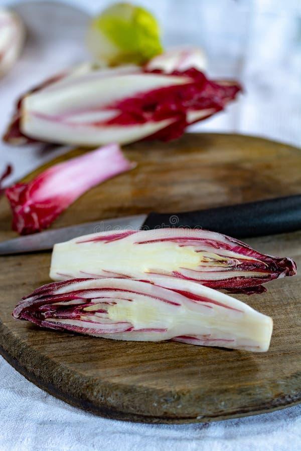 Группа в составе овощи свежего красного цикория Radicchio или бельгийского эндивия, также известная как salade witlof стоковое фото rf
