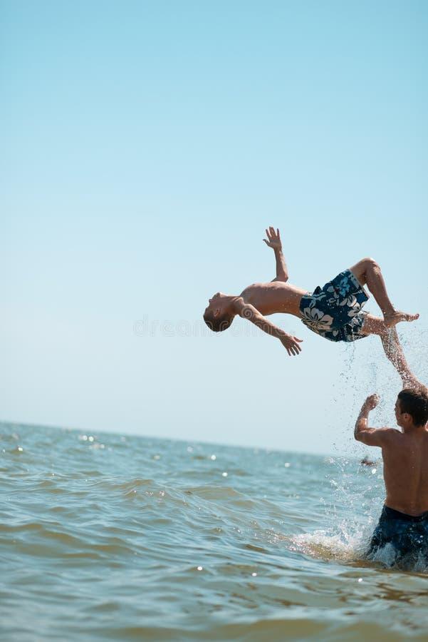 фото парни и море