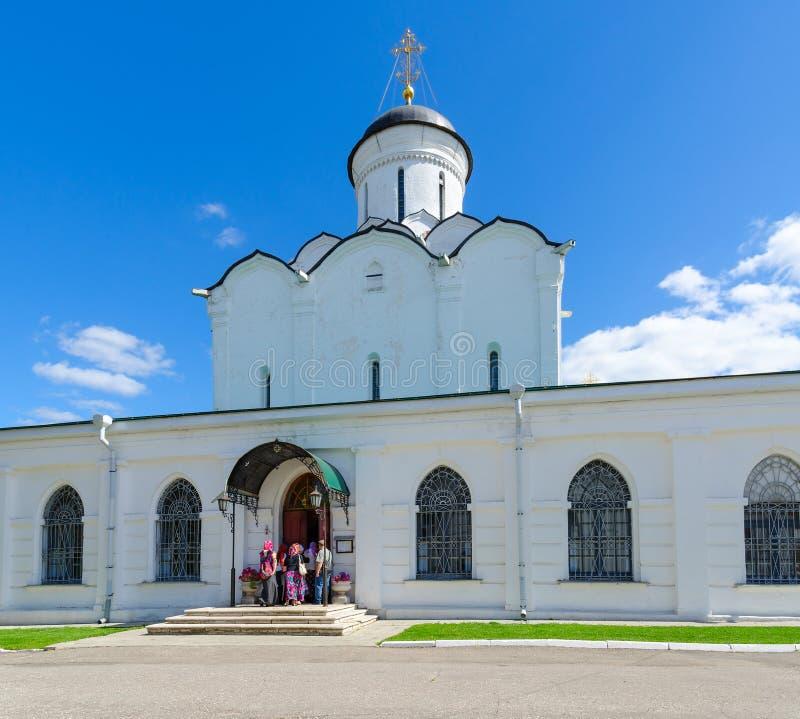 Группа в составе паломники входит в собор предположения святого монастыря Dormition Knyaginin, Владимира, России стоковая фотография