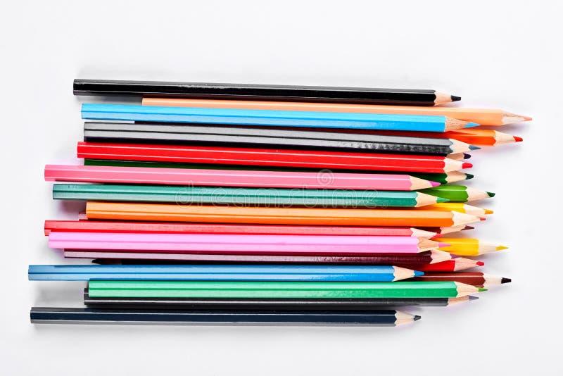 Группа в составе пестротканые карандаши на белой предпосылке стоковые фотографии rf