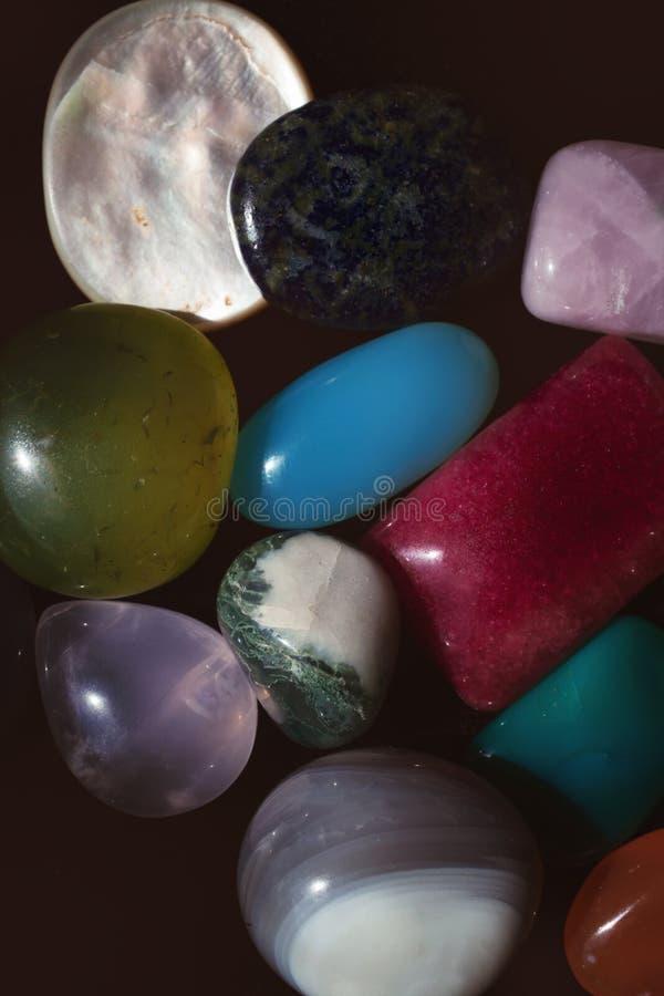 Группа в составе пестротканые самоцветные камни стоковая фотография
