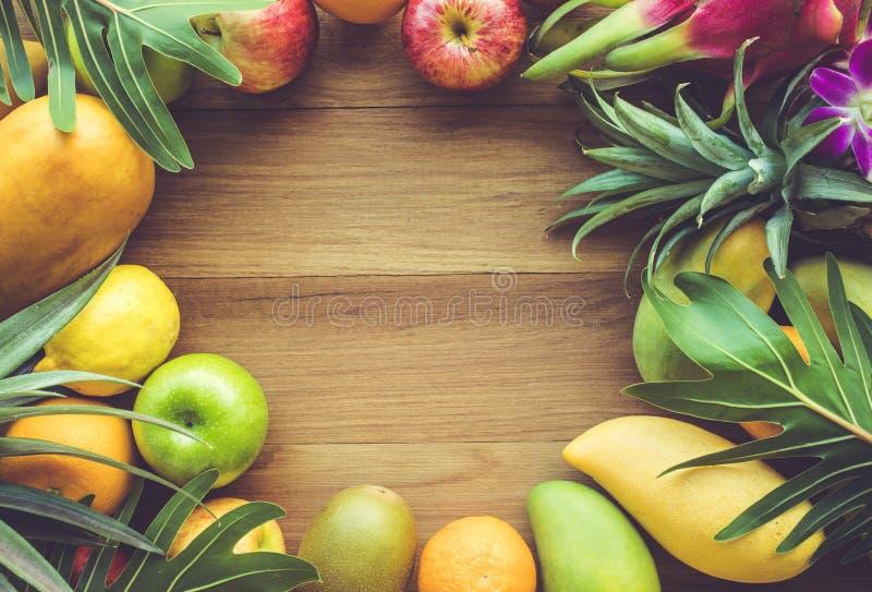 Группа в составе плодоовощи на деревянной таблице с космосом стоковое фото rf