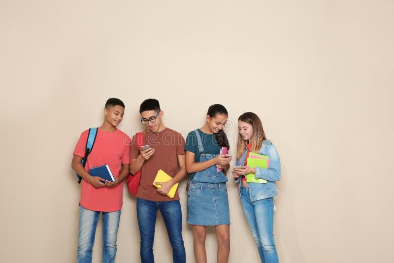 Группа в составе подростки на предпосылке цвета стоковое изображение