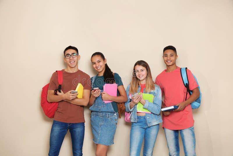 Группа в составе подростки на предпосылке цвета стоковое фото
