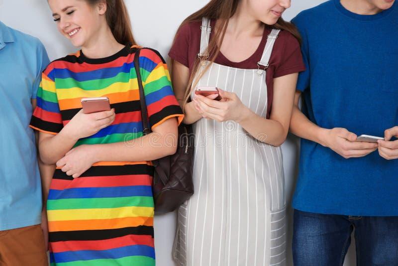Группа в составе подростки на светлой предпосылке стоковые фотографии rf