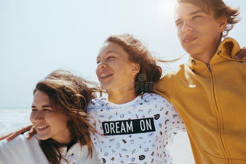 Группа в составе подростковые друзья outdoors стоковые фотографии rf