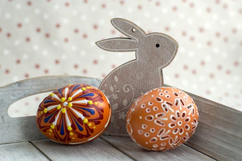Группа в составе покрашенные воском пасхальные яйца на свете - серый поднос, орнаменты воска, покрасил цветки, цвета радуги стоковое изображение